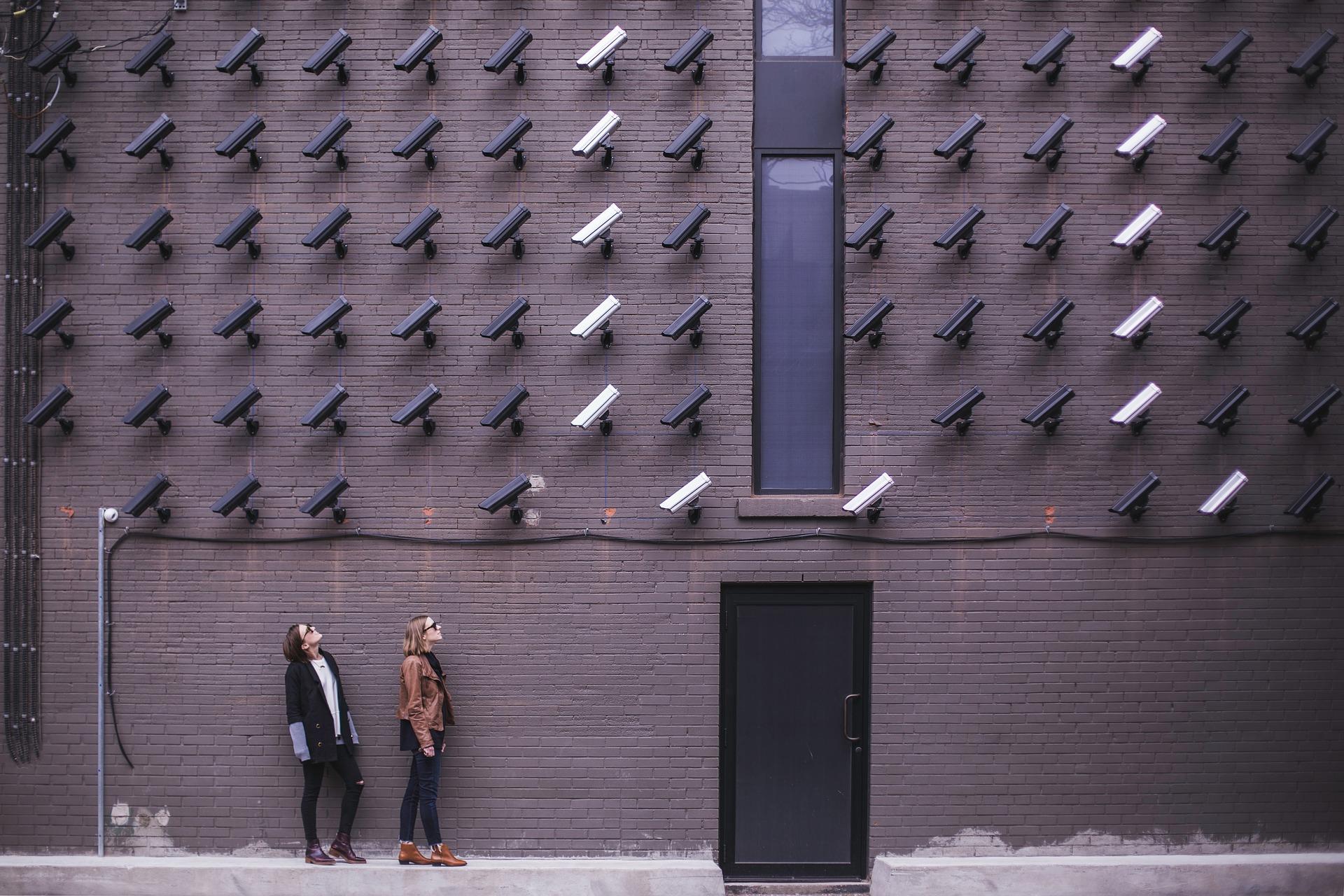 Caméra de Surveillance sur un mur immense